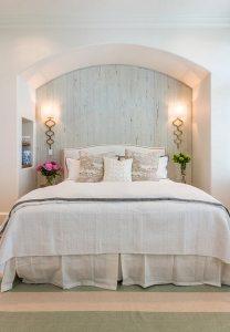 Спальня в стиле прованс, в оформлении которой скомбинированы однотонные обои светлого оттенка и имитирующие дерево