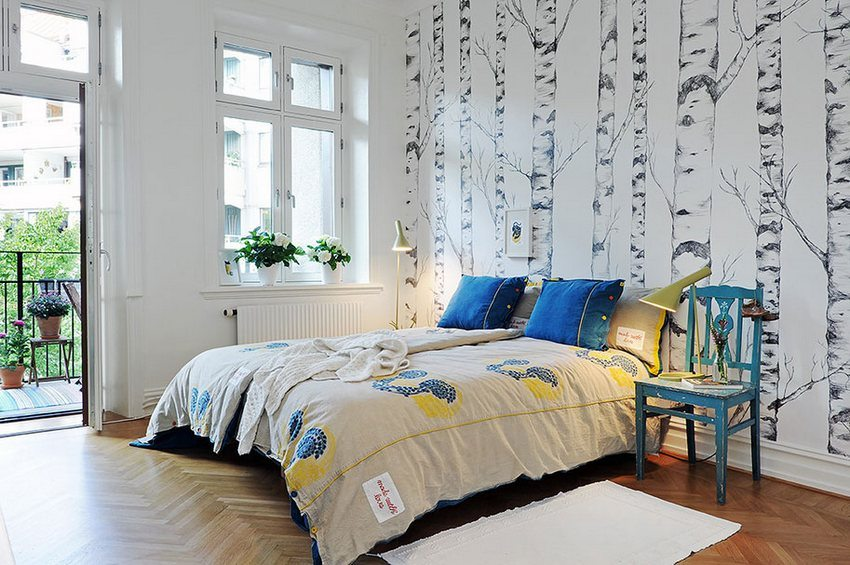 An example of a combination of two types of wallpaper - snow-white and with a pattern