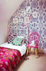 Необычный орнамент в интерьере маленькой спальни
