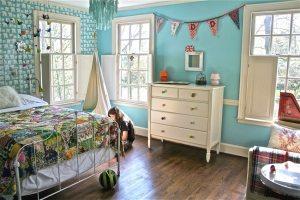 Пример комбинирования различных обоев в дизайне детской спальни