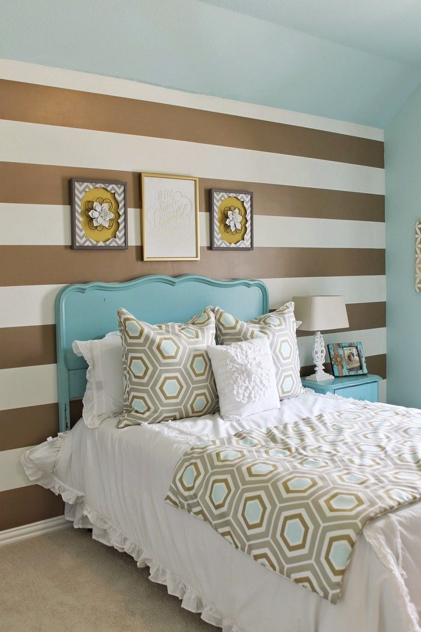 An example of a combination of wallpaper with horizontal stripes and a monochromatic blue hue