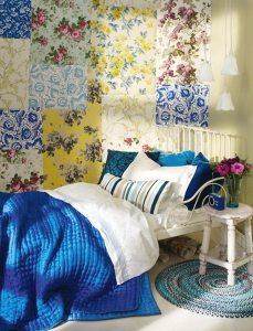Пример лоскутного оклеивания стены небольшой спальни