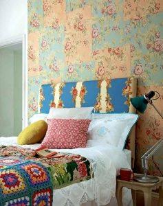 Интерьер спальни в деревенском стиле выполнен с помощью использования двух видов обоев