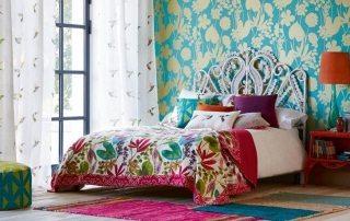 Фото в современном стиле: интерьер спальни с обоями двух видов и специфика его создания