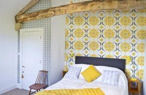 В дизайне спальни использованы обои двух видов