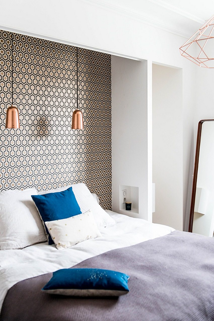 The combination of white wallpaper and with a geometric pattern looks interesting and stylish