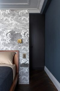 Вертикальный тип размещения обоев позволит визуально вытянуть стены в высоту