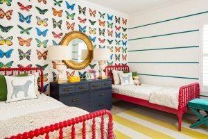Стены в детской спальне оформлены с помощью обоев двух видов