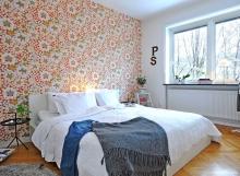 Пример комбинирования однотонных обоев и с рисунком в дизайне маленькой спальни