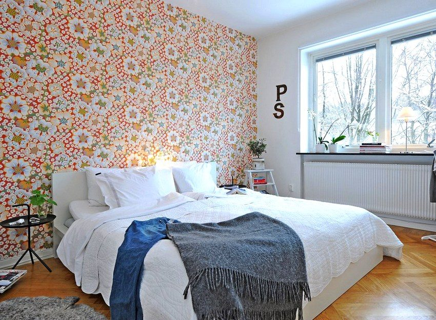 An example of combining monophonic wallpaper with a picture in the design of a small bedroom