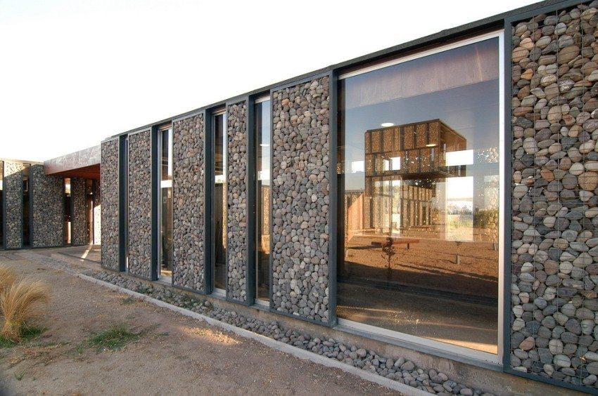 Габион может использоваться для укрепления и/или украшения стен дома