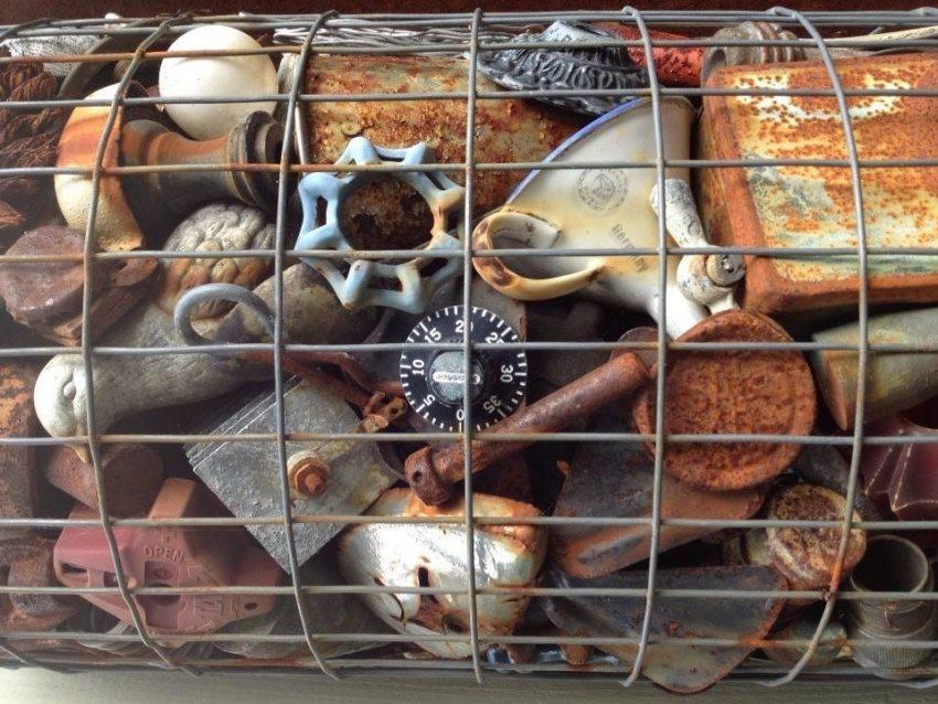 Для наполнения декоративного габиона использованы различные винтажные предметы