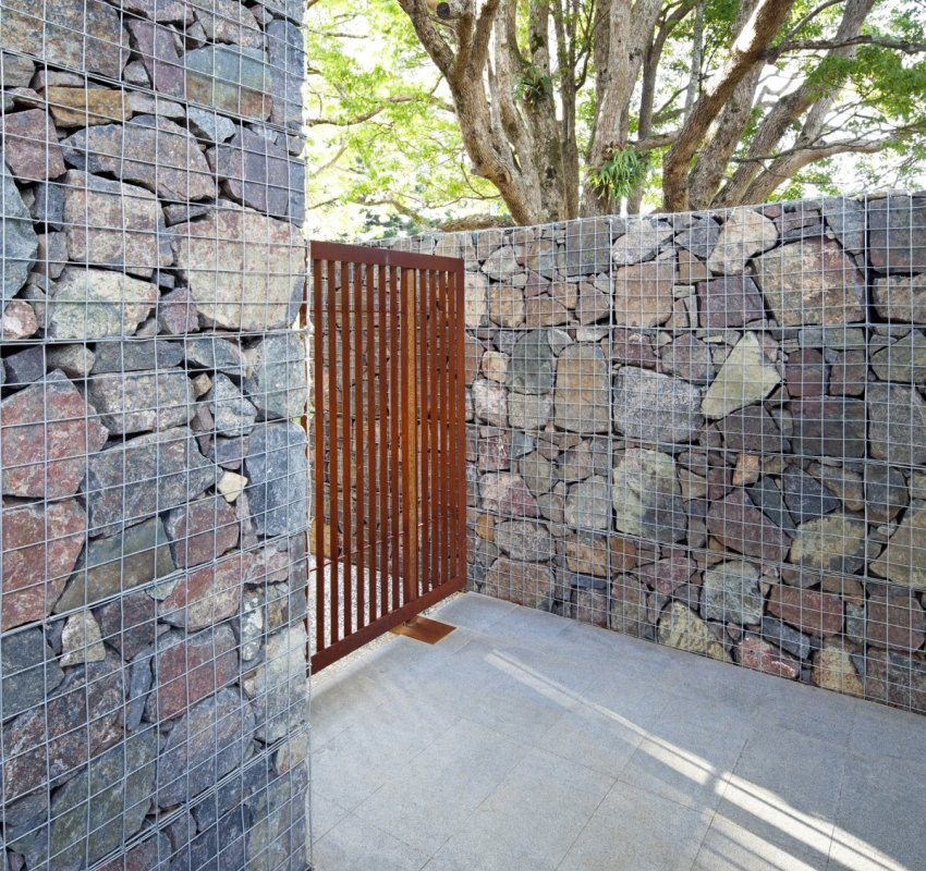 Забор из габиона построен с использованием сетки с двойным кручением