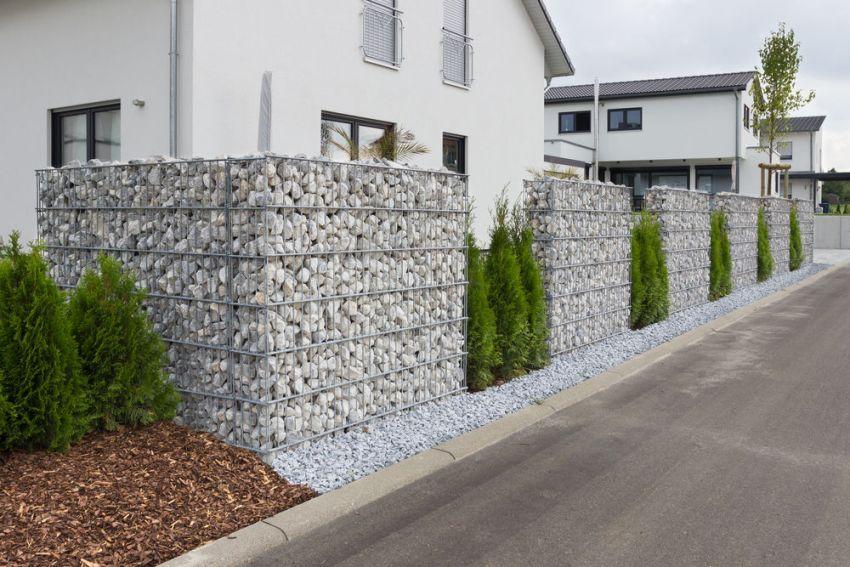 Прочный и стильный забор из каменных габионов