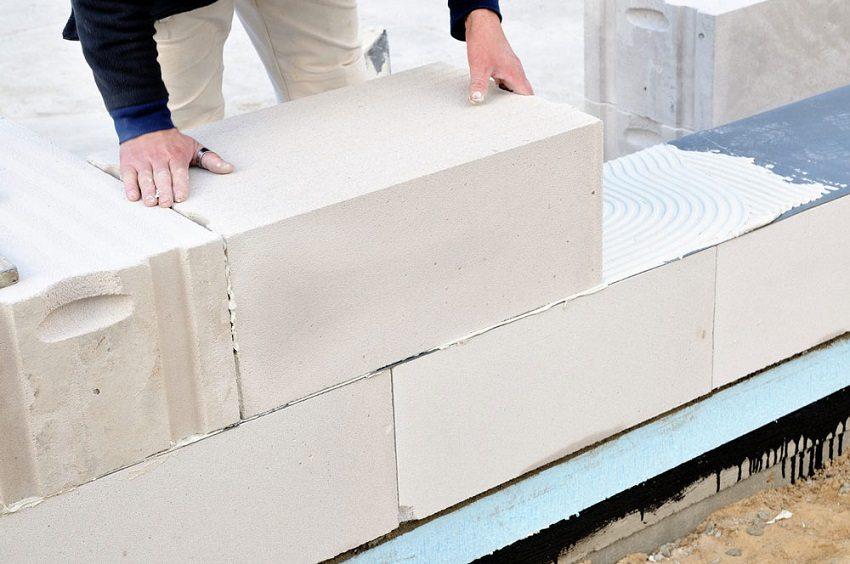 Хороший клей обеспечивает крепкое сцепление блоков между собой