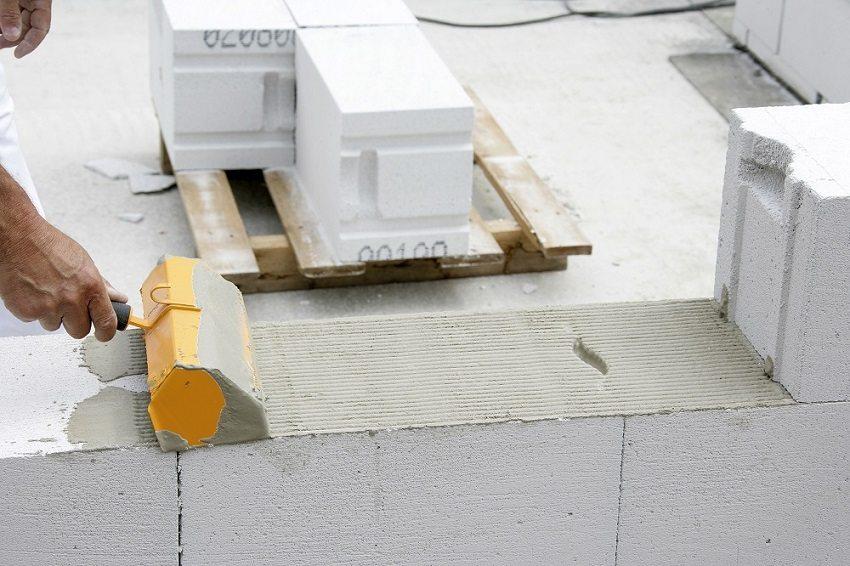Газоблоки скрепляются между собой либо специальным клеем для газобетона, либо цементным раствором