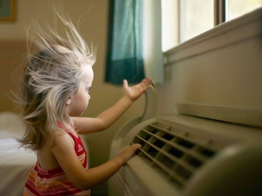 Чтобы избежать простудных заболеваний не стоит находится под потоком холодного воздуха