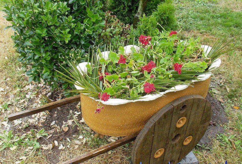 Клумба из автомобильной шины в виде садовой тележки