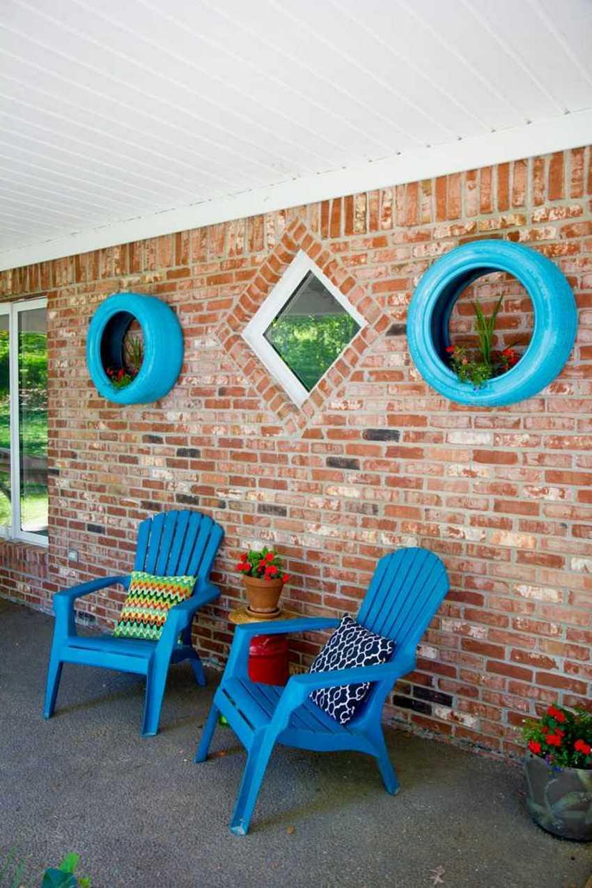 Клумбы из старых шин служат элементом декора пространства под навесом