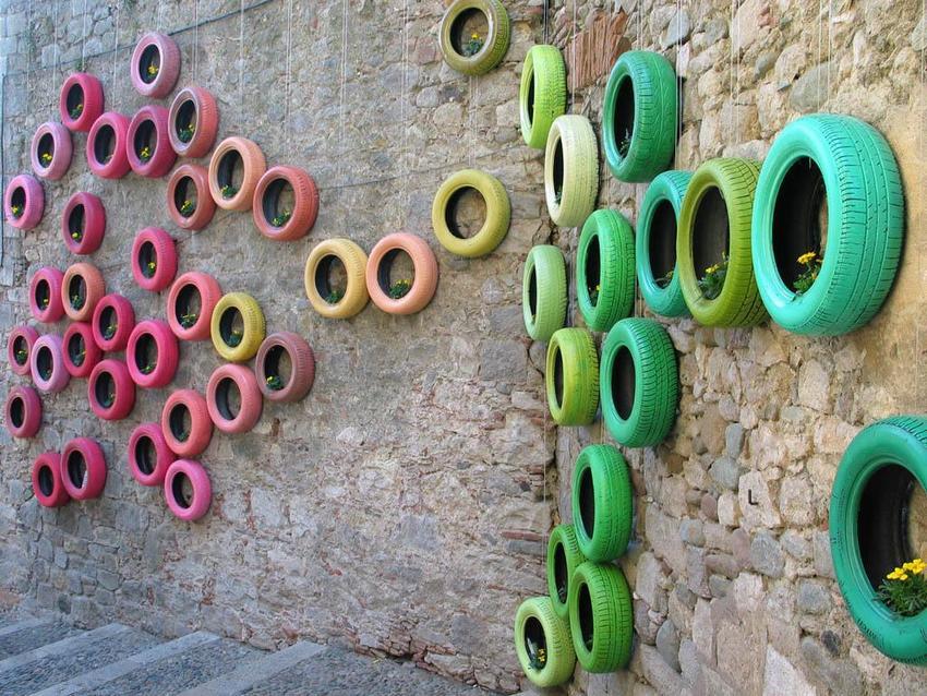 Композиция из подвешенных шин различной расцветки