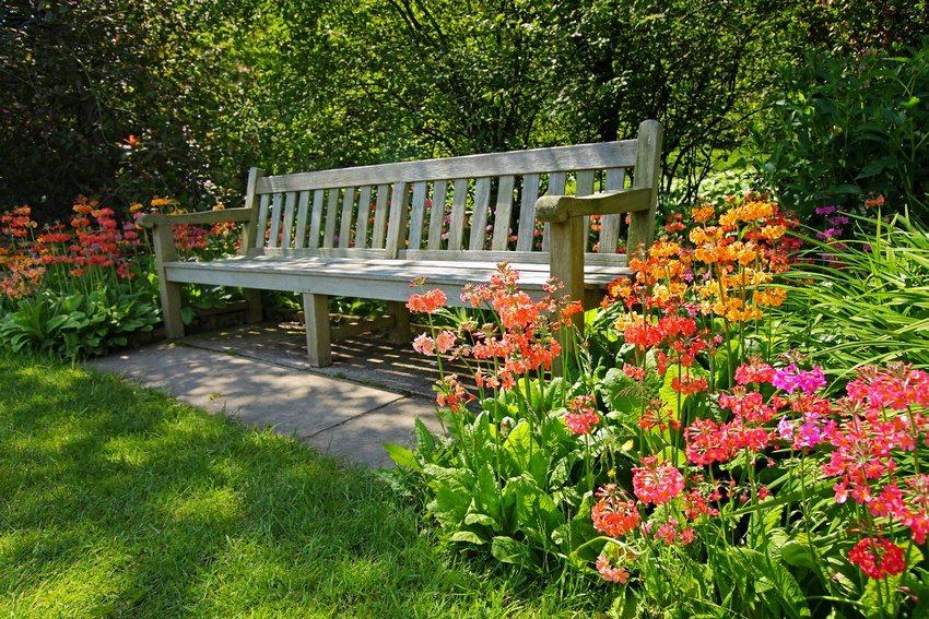 Клумбы украшают зону отдыха в саду