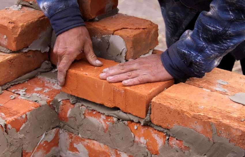 Полнотелый кирпич - распространенный материал для возведения домов