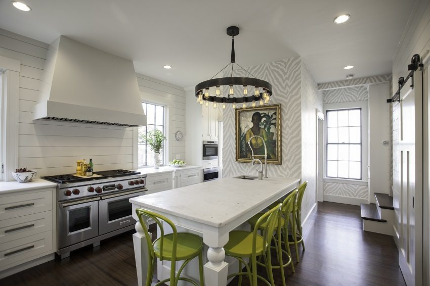Оформление кухни серо-белыми обоями позволяет добавлять предметы интерьера любых цветов