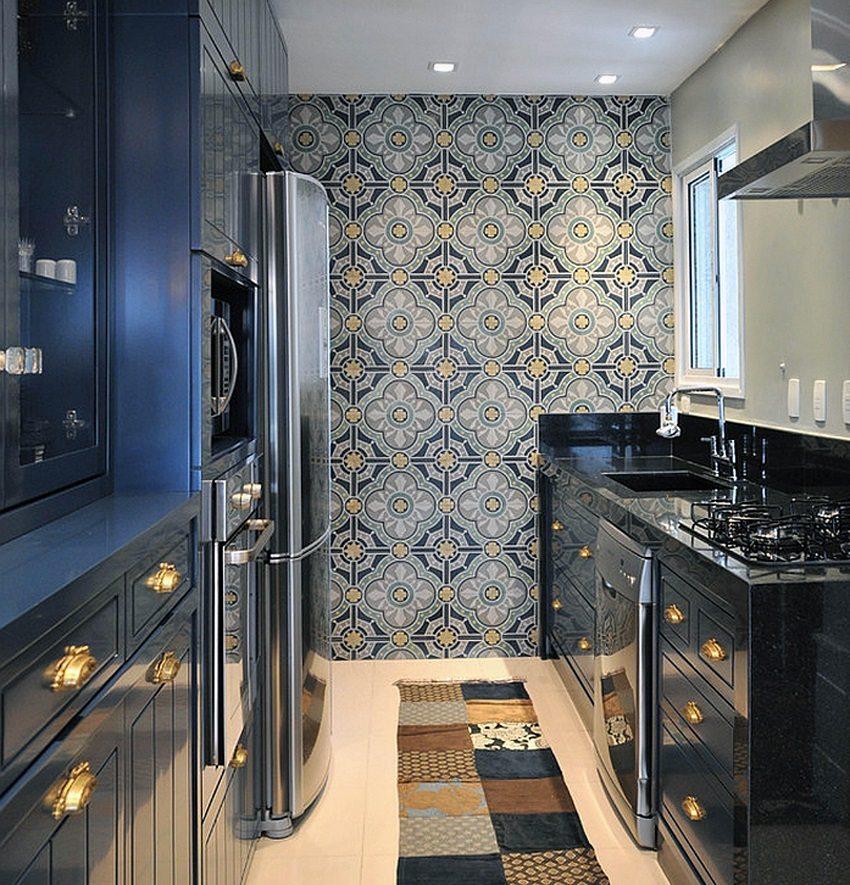 Узкая кухня в два ряда смотрится интереснее благодаря обоям на одной из стен