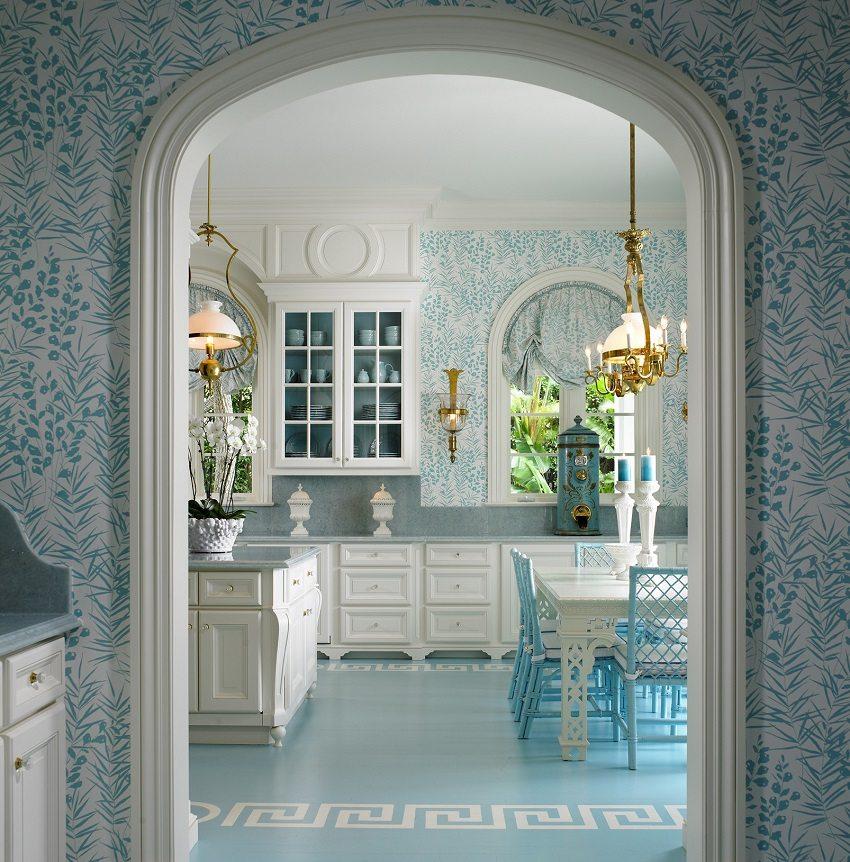 Голубой узор на светлых обоях на кухне освежает помещение