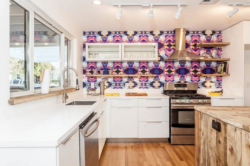 Стеклотканевые обои для кухни можно клеить возле варочной панели, так как они считаются трудновоспламеняемыми и нетоксичными