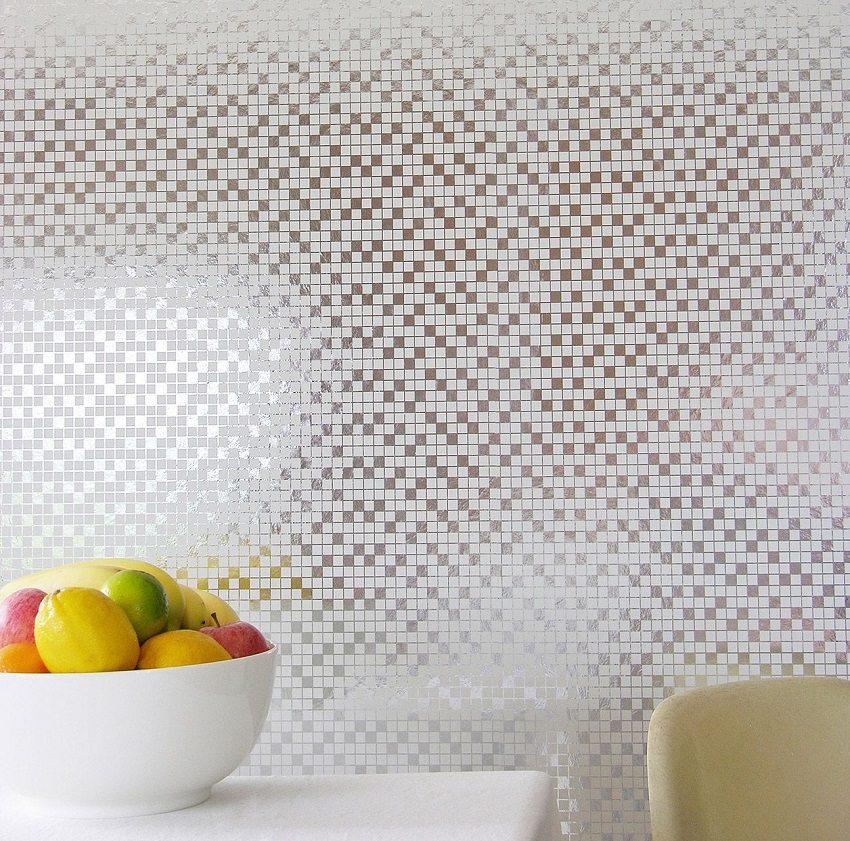 Геометрический орнамент в мелкий квадрат напоминает привычную для кухни плитку мозаику