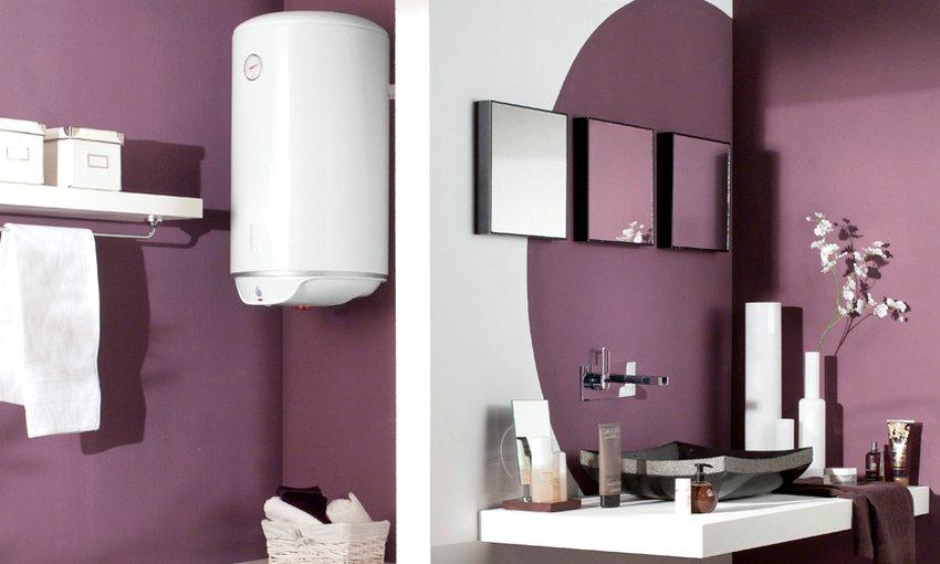 Водонагреватель цилиндрической формы в интерьере ванной комнаты