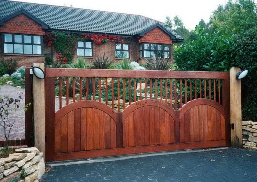 Откатные ворота могут быть сделаны из различных материалов - дерева, металла, профнастила