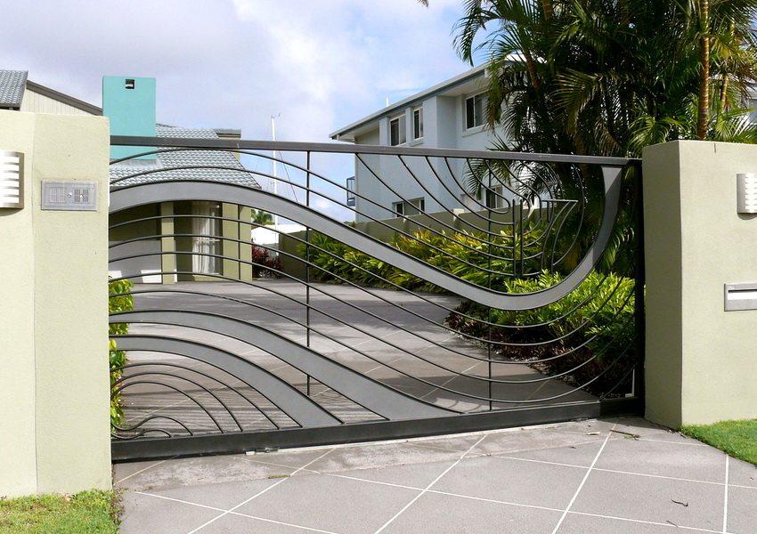 Откатные ворота для въездной зоны могут быть выполнены из металла, дерева, профнастила и иметь свой эксклюзивный дизайн