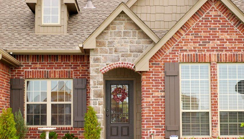 Оформление фасада с помощью облицовочного кирпича придает строению особой элегантности