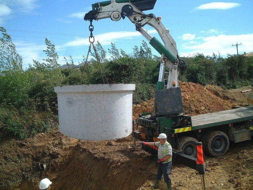 Для монтажа септика из бетонных колец понадобится спецтехника