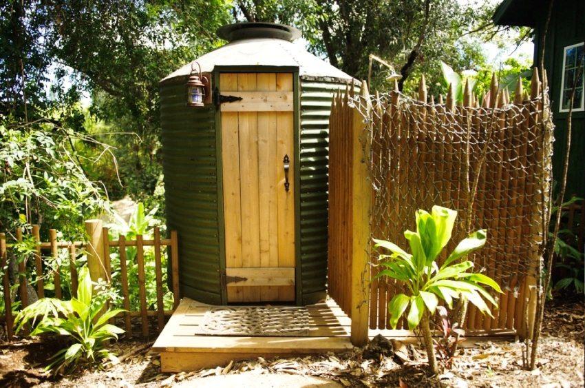 Дачный туалет круглой формы, построенный из профнастила