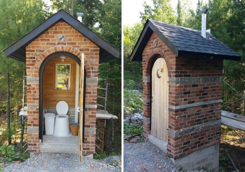 Туалет, построенный из красного кирпича