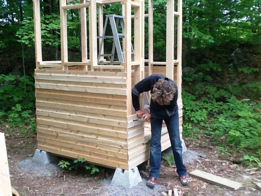 """Туалет """"Скворечник"""", фото 3: обшивка внешних стен конструкции"""