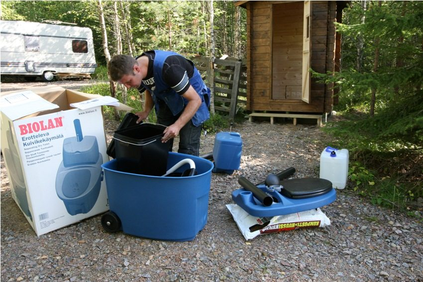 Торфяной туалет, фото 1: сборка заводской конструкции торфяного биотуалета