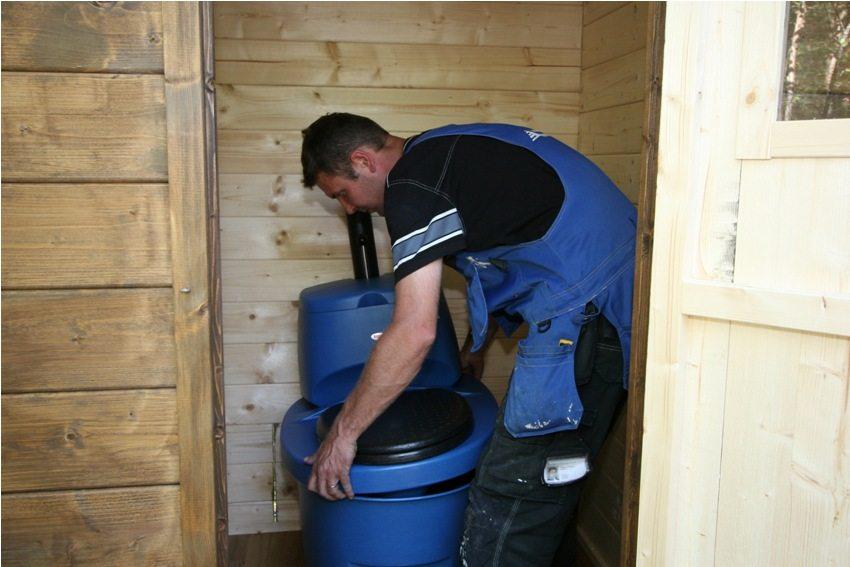 Торфяной туалет, фото 2: установка сидения внутри построенного домика