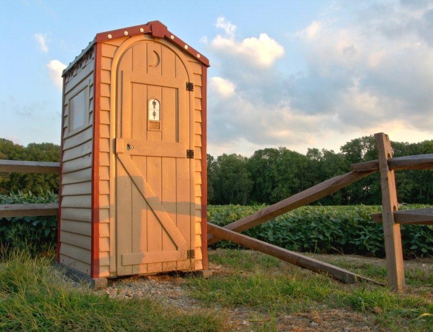 Дачный туалет обшит виниловым сайдингом