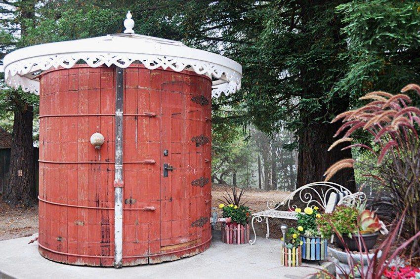 Оригинальная круглая конструкция дачного туалета