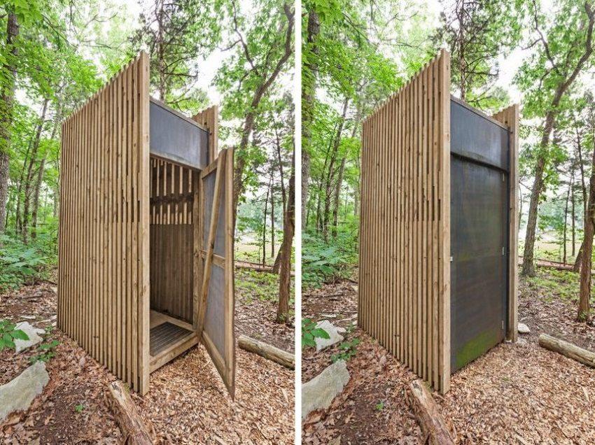 Клозет из деревянных планок с металлической дверью
