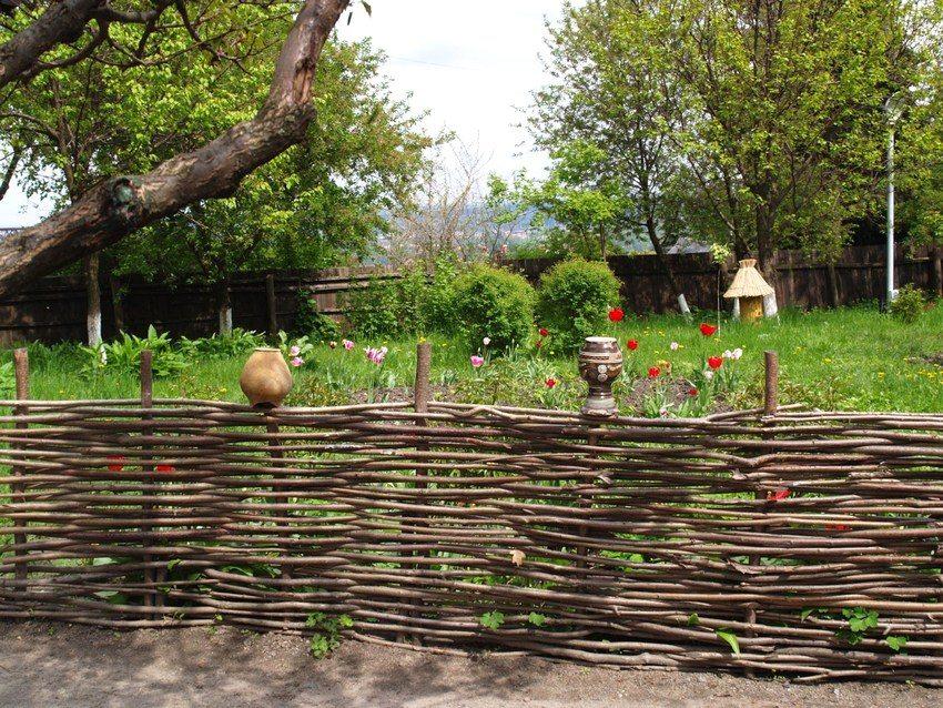 Ограждение в деревенском стиле, выполненное из прутьев