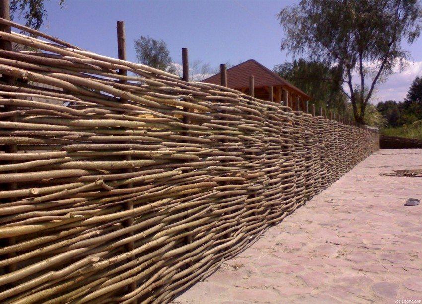 Для каркаса плетеного забора необходимо подготовить деревянные или металлические колья