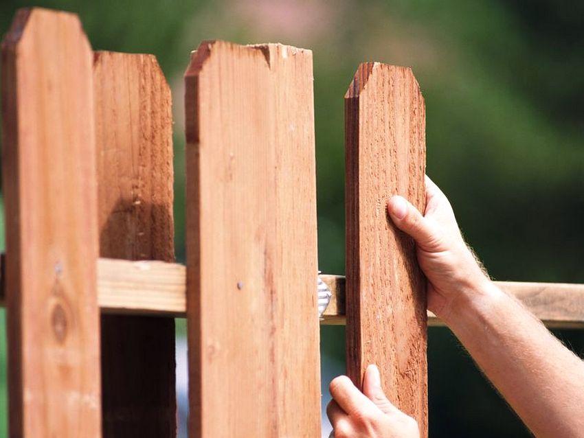 Монтаж ограждения из обрезной доски своими руками