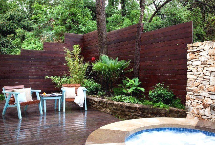 Необычный забор из дерева во дворе частного дома