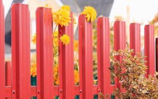 Забор из металлического штакетника: фото аккуратных ограждений