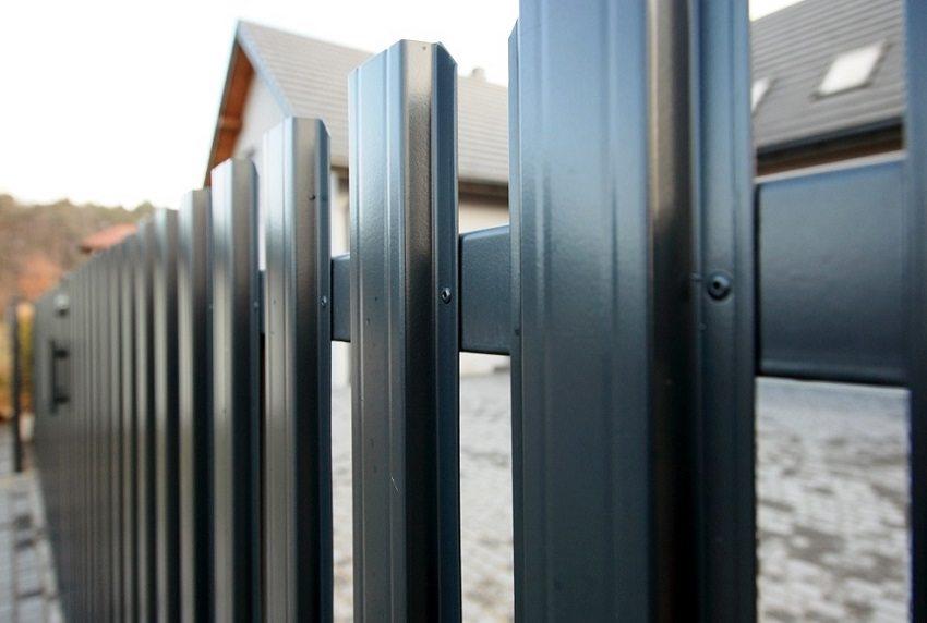 Евроштакетник представляет собой нарезанные металлические полосы из оцинкованной стали